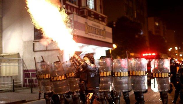 Policías intentan dispersar a los manifestantes este jueves en una nueva jornada de protestas para reclamar mejoras laborales en el país en Río de Janeiro (Brasil).