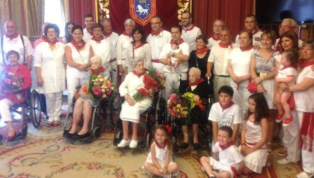 Los homenajeados junto a sus familiares y la corporación municipal.