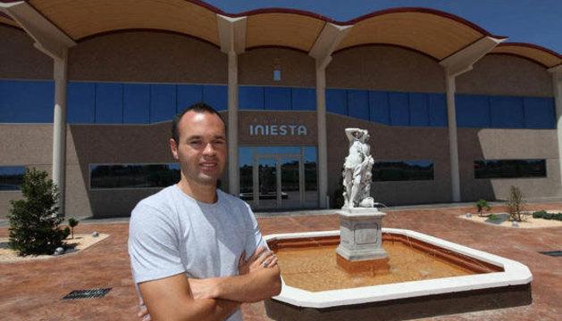 Andrés Iniesta, frente a su bodega en Albacete.