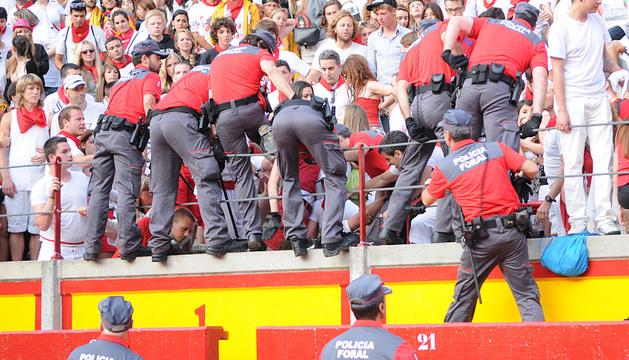 Agentes de la Policía Foral durante la intervención en la plaza de Toros.