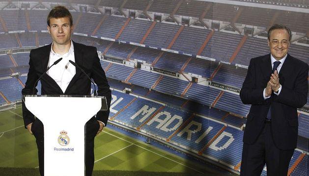 El presidente del Real Madrid, Florentino Pérez (dcha.), aplaude al centrocampista guipuzcoano, Asier Illarramendi (izda.), durante su presentación como nuevo jugador del equipo blanco, en el estadio Santiago Bernabéu