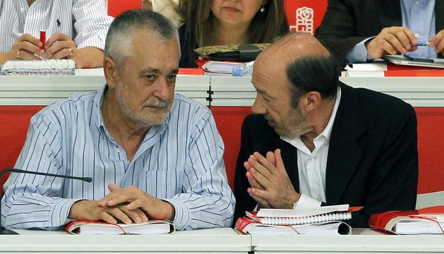 El líder del PSOE, Alfredo Pérez Rubalcaba conversa con el presidente de la Junta de Andalucía, José Antonio Griñán.