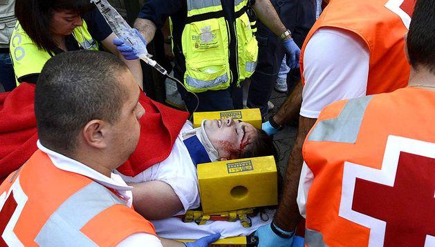 La joven australiana de 23 años corneada en el tórax por uno de los toros de Miura es atendida por los servicios médicos tras el último encierro de los Sanfermines 2013