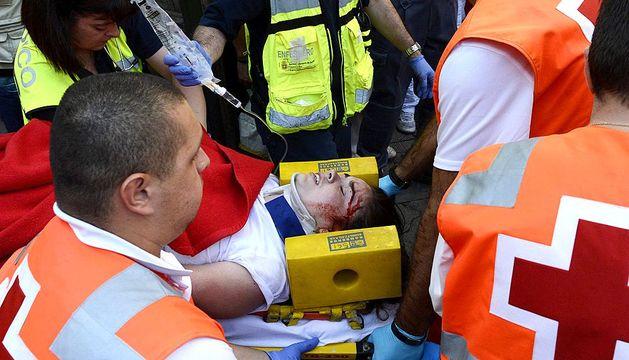 La joven australiana de 23 años es atendida en el callejón.