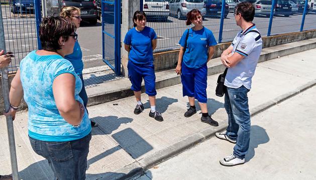 Trabajadores de Manipulados Mendavia, este viernes, en el exterior.
