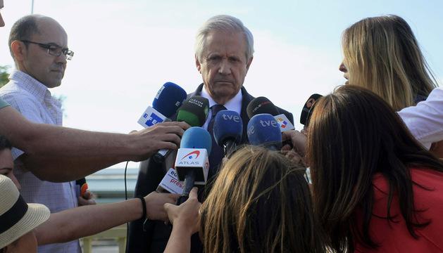 El abogado Javier Gómez de Liaño hace declaraciones a su salida este domingo de la prisión de Soto del Real
