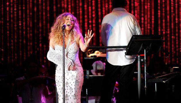 Mariah Carey, con el brazo en cabestrillo, durante el concierto benéfico celebrado en Central Park