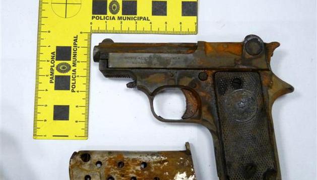 La pistola antigua hallada por un ciudadano en el río en San Jorge.