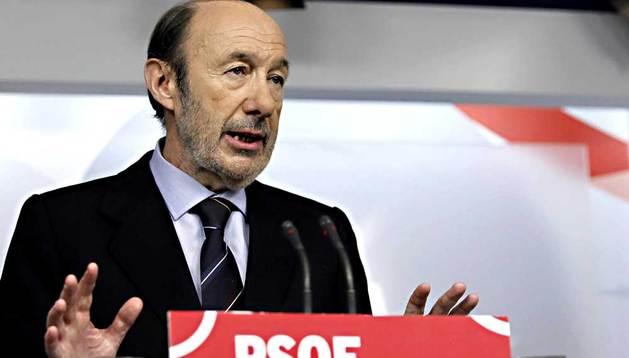 El secretario general del PSOE, Alfredo Pérez Rubalcaba, durante su comparecencia este domingo ante los medios de comunicación después de presidir una reunión urgente de la dirección de su partido.