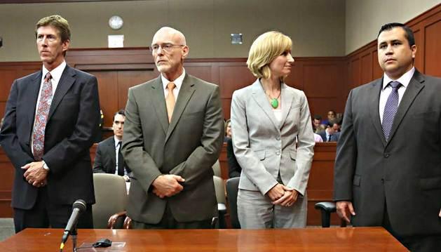 El exvigilante voluntario hispano, George Zimmerman, escucha el veredicto de no culpable.