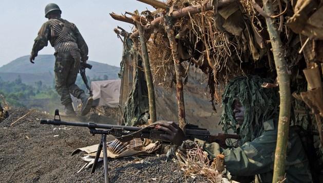 Un soldado del ejército del Congo defiende una base en Munigi, al norte del país