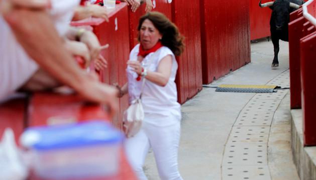 Carmen Alba huye despavorida tras percatarse de que tenía detrás a 'Cantinillo'.