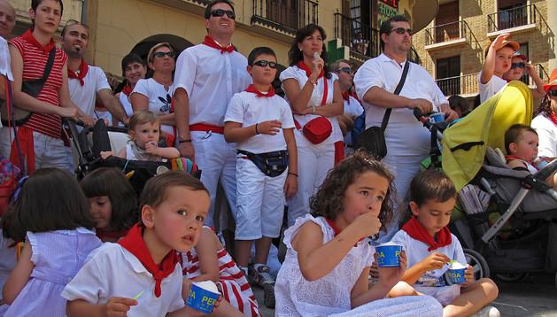 Una imagen de fiestas del año pasado, con un grupo de niños viendo la despedida de gigantes