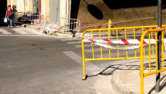 Imagen de las obras en las aceras en la calle Beire de Tafalla.