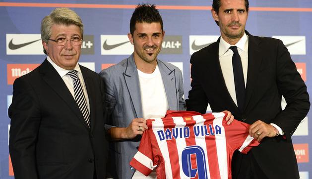 David Villa (C), entre el presidente del Atlético de Madrid Enrique Cerezo (I) y el director deportivo José Luis Pérez Caminero (D)