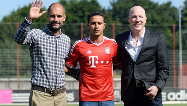 Guardiola, Thiago y Sammer, en la presentación del jugador con el Bayern de Munich