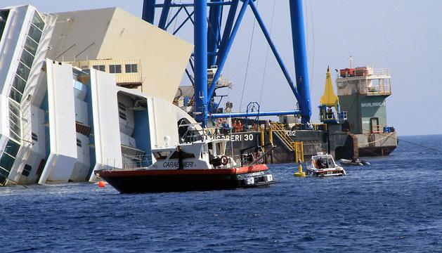 Vista de los trabajos de rescate del crucero Costa Concordia en la isla de Giglio (Italia).
