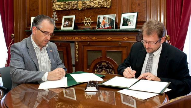 Enrique Maya y Patrick Danau firmando el convenio