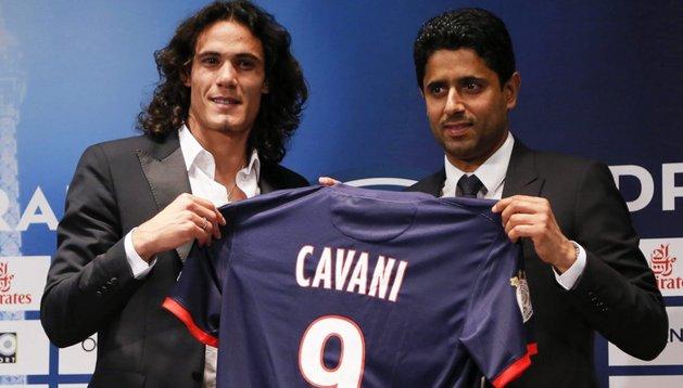 Edinson Cavani, en su presentación como jugador del PSG, junto al propietario del club, Nasser al-Khelaifi (d)