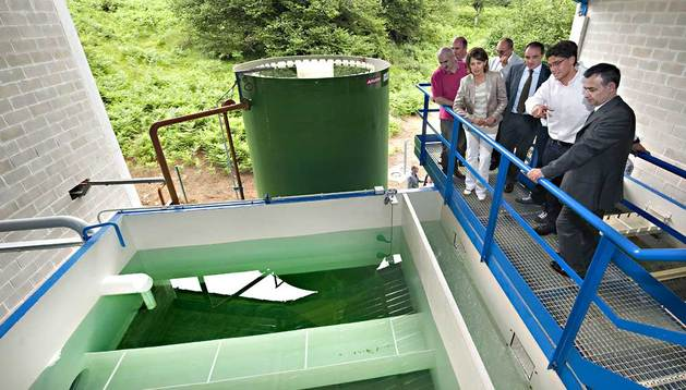 Las autoridades, encabezadas por la Presidenta Barcina, en un momento de la visita a la nueva planta depuradora de Iribas (Larraun).