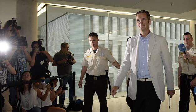 El duque de Palma abandona los juzgados de Barcelona.