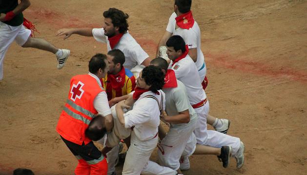 El vitoriano Jon Jerónimo Mendoza es conducido a la enfermería de la Plaza de Toros de Pamplona tras sufrir asfixia en el montón del encierro del pasado día 13.