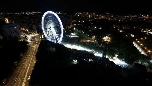 Vista panorámica del parque de la Taconera de Pamplona donde está instalada la noria desmontable mas grande de Europa