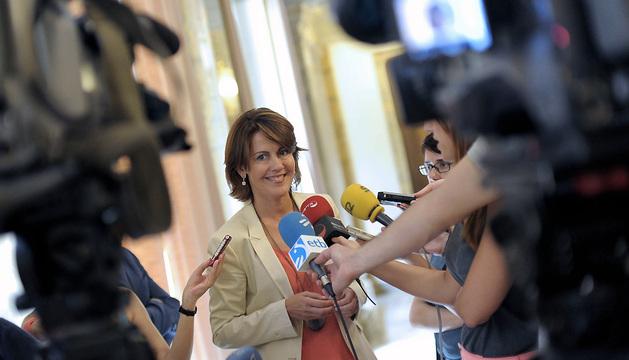 La presidenta del Gobierno foral, Yolanda Barcina, realiza declaraciones a los periodistas en el Palacio de Navarra.