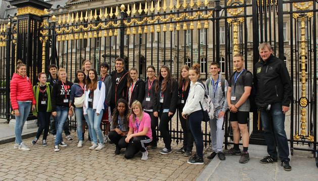 Los jóvenes estelleses en Bruselas en compañía de otros participantes en esta cita europea.