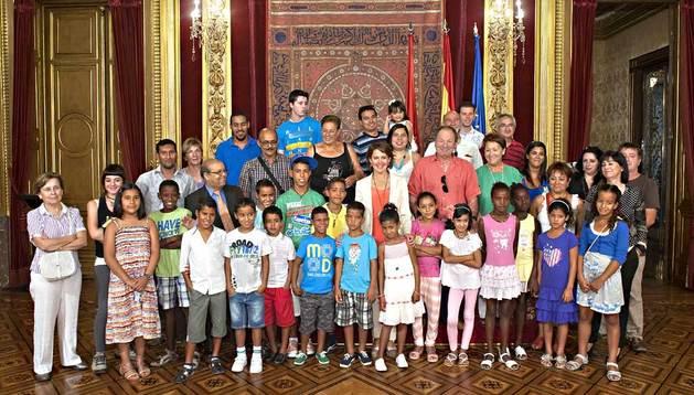 La Presidenta Barcina y los niños sahararuis que participan en el programa