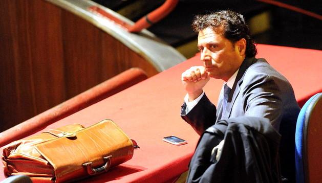 El capitán del crucero Costa Concordia, Francesco Schettino, toma asiento en la primera audiencia del juicio