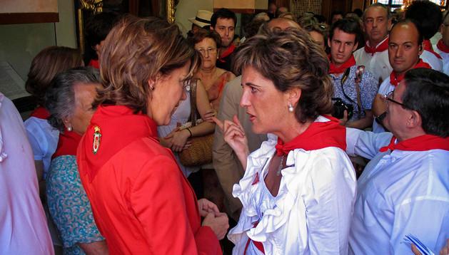 Viernes de Gigantes de 2012. Ganuza y Barcina hablan mientras Gómez de Segura, a la derecha, espera el momento de prender la mecha del cohete que la alcaldesa le había delegado ese año.