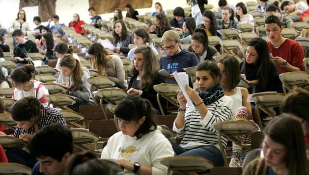 Universitarios haciendo un examen en la universidad de Santiago de Compostela