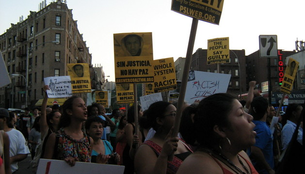 Jóvenes participan en una marcha para repudiar el resultado del juicio que liberó a George Zimmerman por la muerte del joven negro Trayvon Martin.