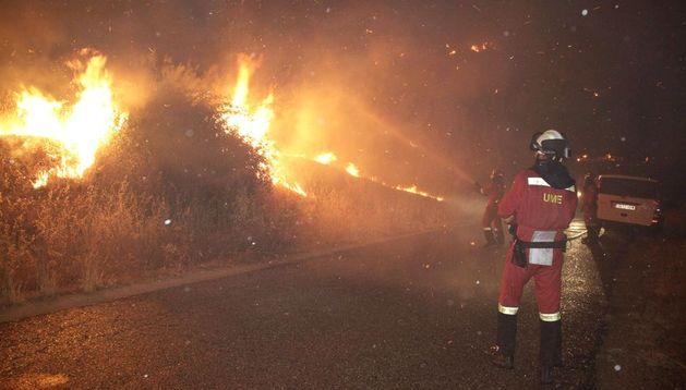 Intervención de la Unidad Militar de Emergencias (UME) en el incendio declarado en Almorox.