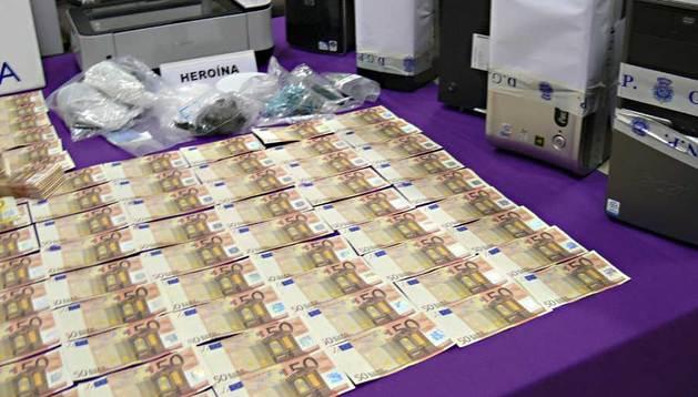 Fotografía facilitada por la Policía Nacional que, en una operación conjunta con los Mossos d'Esquadra, ha desarticulado una organización dedicada a la producción de billetes falsos.