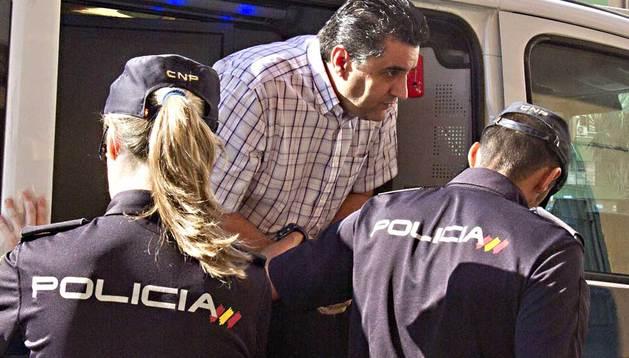 El sacerdote Francisco Javier L.L. es custodiado por la Policía a su llegada este jueves por la mañana al Juzgado de Cádiz.