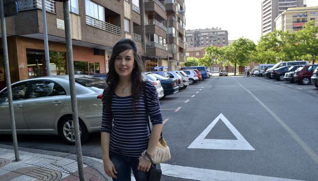 La joven Raquel Irurzun, en el lugar en el que realizó la reanimación, en la calle Fuente del Hierro de Pamplona.