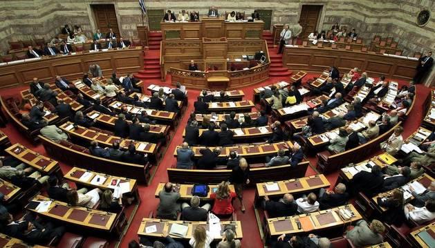 Legisladores participan en una votación del Parlamento en Atenas.