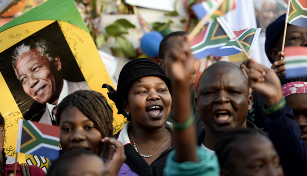 Un grupo de sudafricanos canta a Mandela por su 95 cumpleaños.
