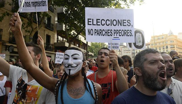 Manifestantes en la sede nacional del PP en Madrid.