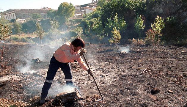 Una persona apaga el fuego en una rastrojera de Abárzuza.