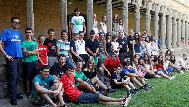 Los alumnos y participantes en el seminario junto a los componentes del grupo Betagarri.