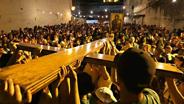 La cruz peregrina, símbolo de la Jornada Mundial de la Juventud, es exhibida por las calles de la favela de Rocinha este jueves 18 de julio de 2013.