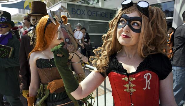 Una mujer disfrazada asiste al primer día de la convención Comic-Con 2013.
