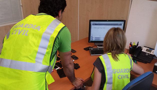 La Guardia Civil inspecciona el material del dispositivo móvil.