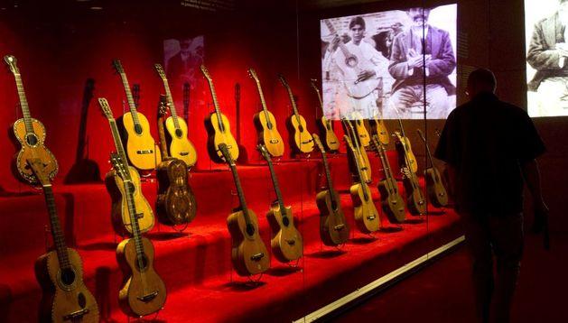 Un hombre contempla la exposición de guitarras del Museo de la Música de Barcelona.