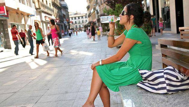 Una joven bebe agua.