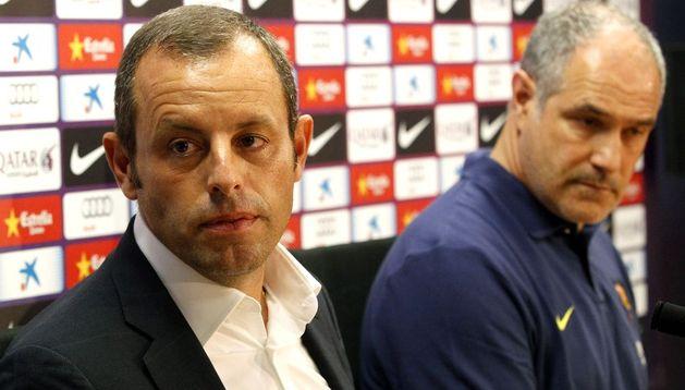 El presidente del FC Barcelona, Sandro Rosell (i) y el director deportivo del club, Andoni Zubizarreta (d).