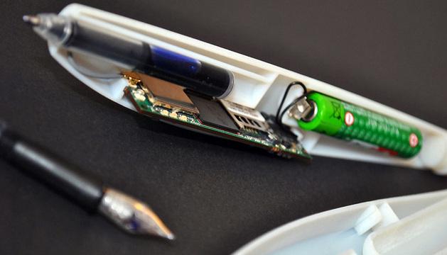 La placa contiene  sensores de movimiento, el procesador, la memoria, WiFi y el módulo  de vibración.